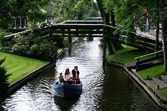 Excursion-from-amsterdam-to-giethoorn-group-travel-ZOYO-Travel.jpg